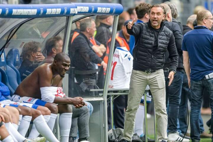 Thomas Doll (2.v.r.), Trainer der HSV Allstar-Mannschaft coacht beim Abschiedsspiel von Ex-HSV-Profi van der Vaart sein Team.
