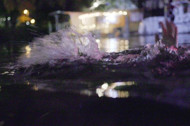 In ihrem Rausch stürzt sie ins Wasser und droht zu ertrinken.