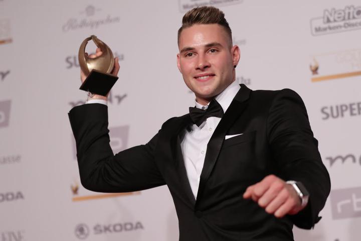 """Der Speerwerfer Johannes Vetter mit der Goldenen Henne, die er in der Kategorie """"Aufsteiger des Jahres"""" erhalten."""