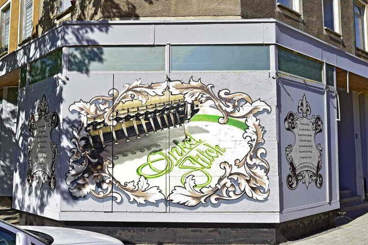 Auch die Fassade des Textil-Shops in Brühl wurde bunt gestaltet.