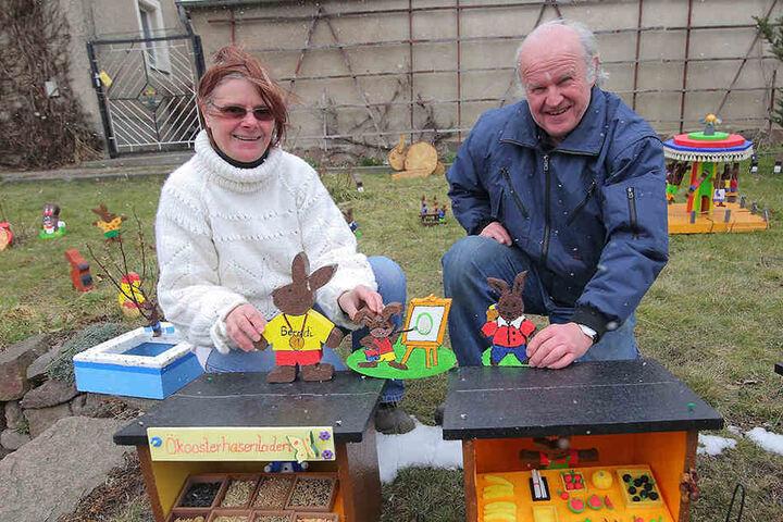 Kerstin Jocksch (55) und Bernd Gießmann (64) aus Klipphausen mitten in ihrer Hasenstadt im Garten.