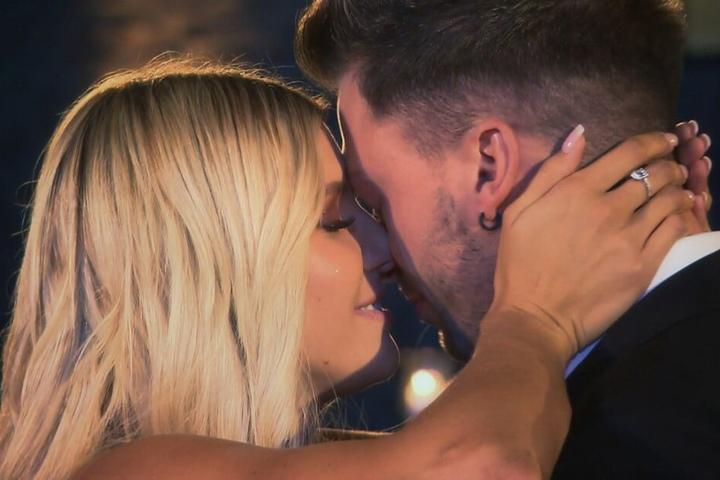 """Ihre Liebe hält (noch): Gerda und Keno beim TV-Finale der RTL-Sendung """"Bachelorette 2019""""."""