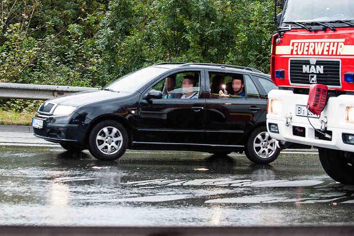 Diese vier Männer schienen sich köstlich zu amüsieren, als sie Fotos vom Unfallort machten.