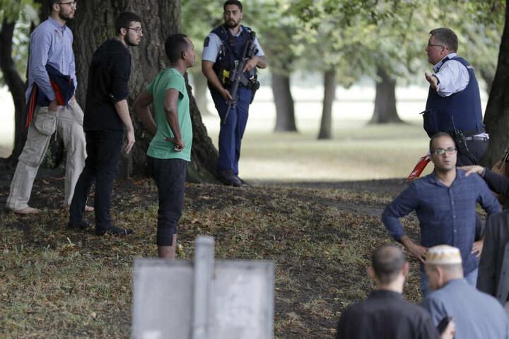 Polizisten versuchen den Bereich nahe einer Moschee zu räumen.