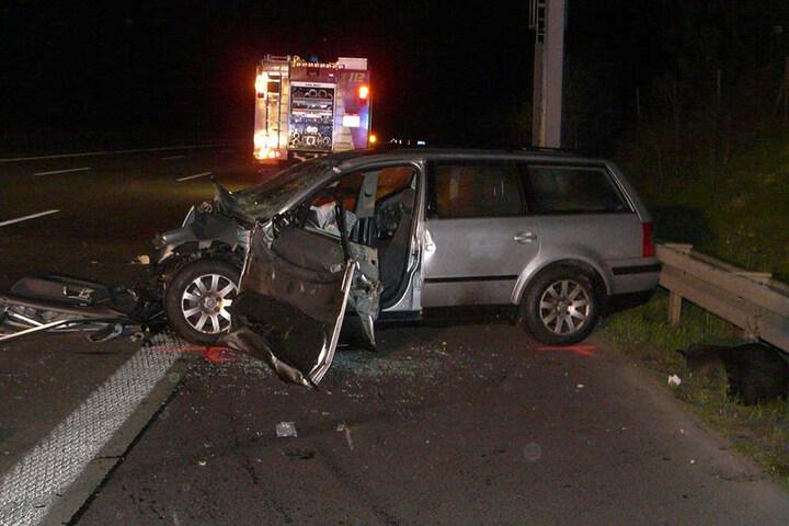Der Fahrer dieses Passats starb an den Folgen des Unfalls. Er war offenbar in verkehrter Richtung auf die Autobahn 2 gefahren.