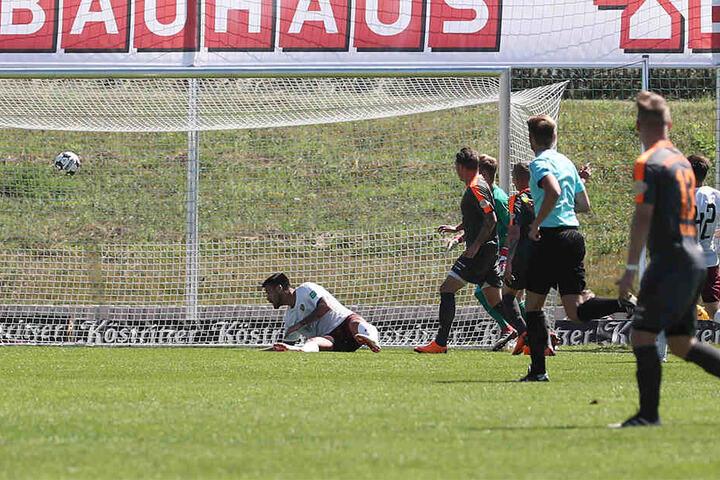 Dem Führungstreffer für Wismut Gera ging ein Patzer von Dynamo-Torwart Tim Boss (verdeckt) voraus.