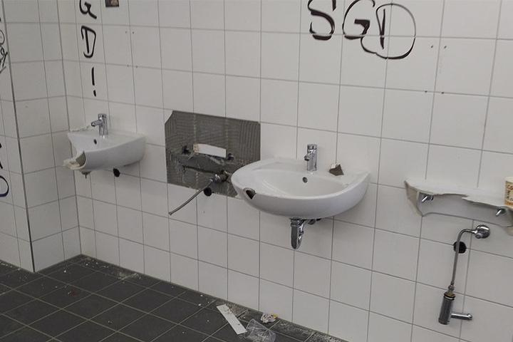 Toilettenschüsseln wurde demoliert. Die Ultras Dynamo und Red Kaos aus Zwickau verewigten sich an den Wänden