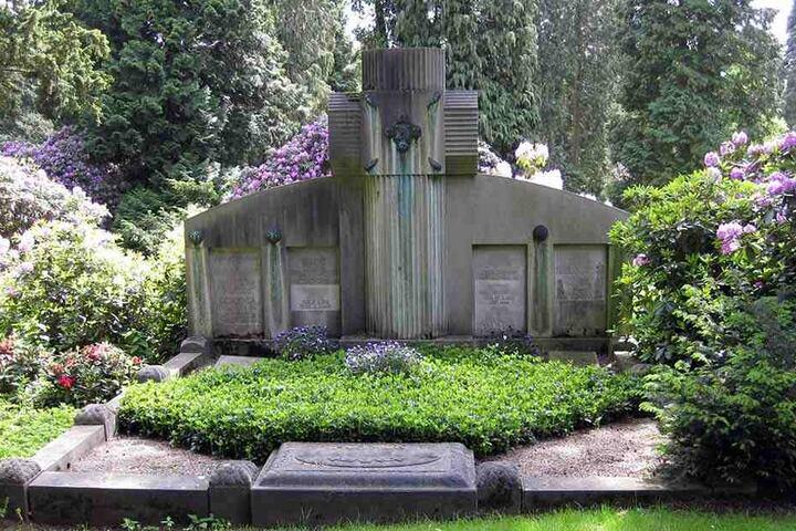 Auch die Grabsteine sind passend in die Landschaft integriert.