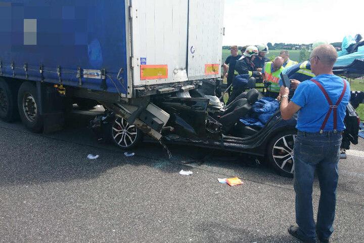 Die Feuerwehr musste den Fahrer aus dem Auto befreien.
