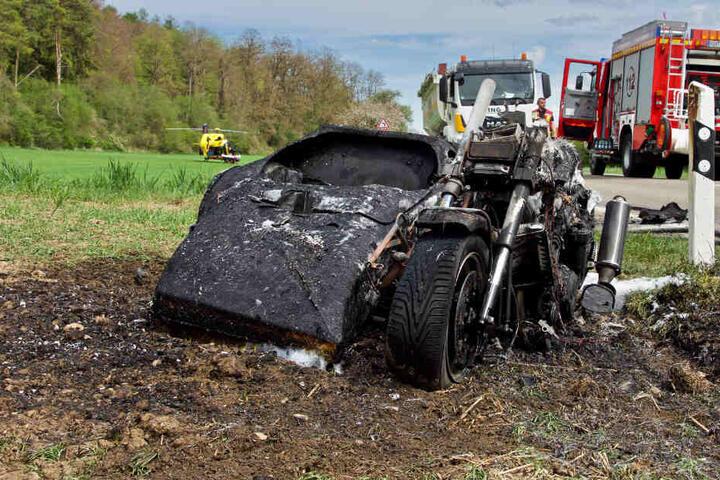 Die Feuerwehr löschte das in Brand geratene Motorrad.