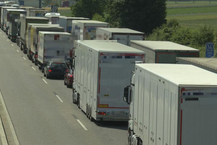 In Folge des Unfalls staute sich der Verkehr auf mehreren Kilometern.