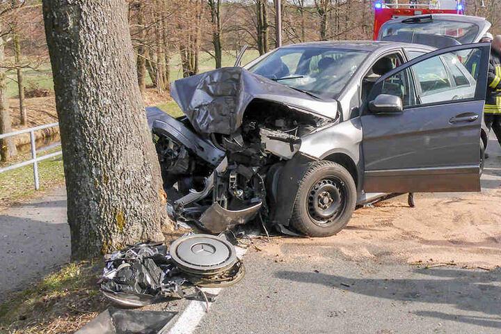 Der Mercedes war frontal gegen den Straßenbaum gefahren.