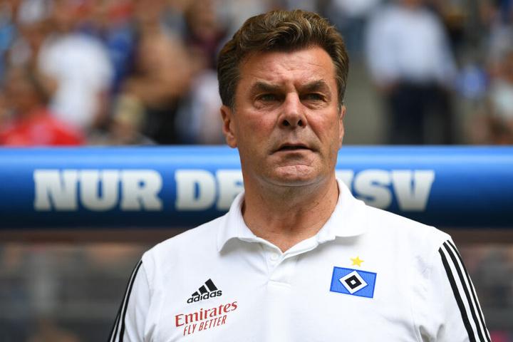Hamburgs Trainer Dieter Hecking steht vor Spielbeginn an der Seitenlinie.