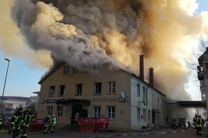 Feuerwehrleute vor dem brennenden Haus in Schorndorf.