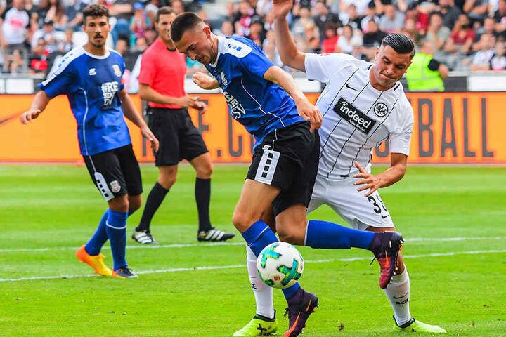 Andrej Markovic (l, FSV) versucht, den Ball vor Renat Dadashov (Eintracht Frankfurt) zu behaupten.