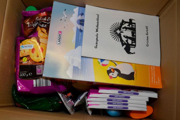 Blick in eines der kleinen Pakete: Vom Malblock bis zur Zahnbürste ist alles enthalten.
