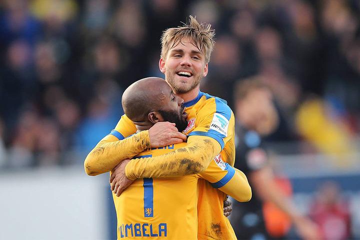 Die Braunschweiger sind aktuell auf dem zweiten Tabellenplatz der 2. Liga. Hier: Christoffer Nyman und Domi Kumbela nach dem 2:0 gegen TSV 1860 München.