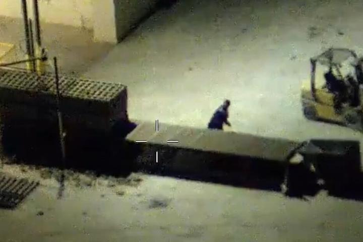 Beim Versuch zu landen, bewirft er den Polizei-Hubschrauber auch noch mit Steinen.