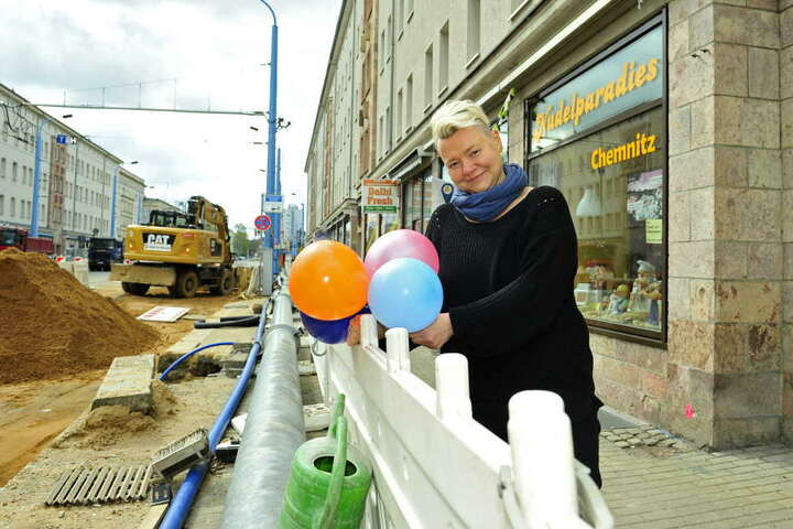 Die Händler dekorieren schon mal: Ines Bauer (32) vom Nudelparadies feiert mit.