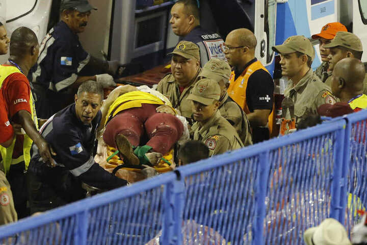 Helfer in Rio versorgen Verletzte vom schrecklichen Unfall beim Karneval.