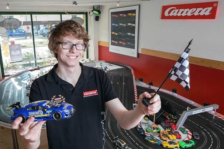 Ab auf die Rennstrecke! Max Pfaffner (21) arbeitet auf der Rennbahn und ist natürlich auch selbst Carrera-Fan.