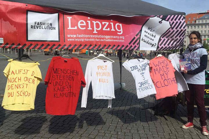 """Mit Sprüchen wie """"Kaufst du noch oder denkst du schon?"""" wollen die Aktivisten das Bewusstsein der Leipziger für faire Mode wecken."""