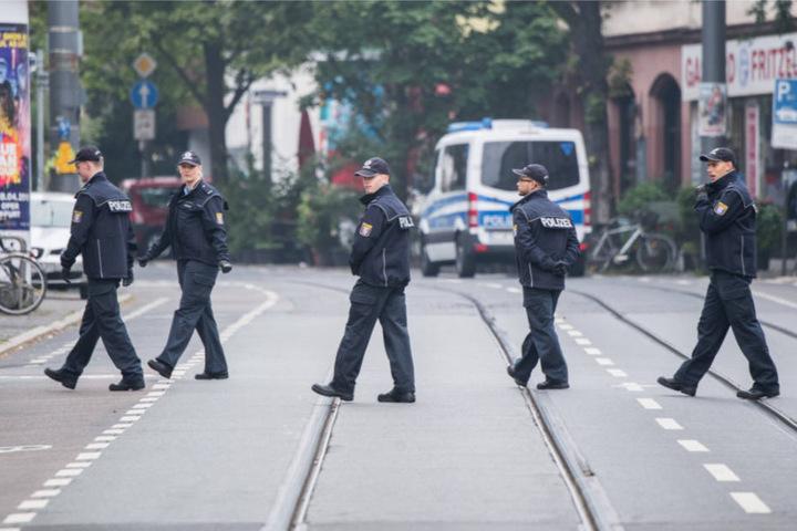 Polizisten kontrollieren das Sperrgebiet im Frankfurter Westend.
