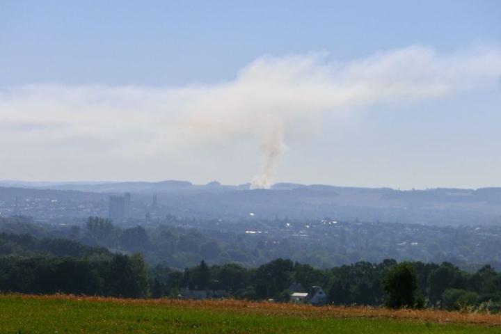 Die Rauchschwaden ziehen auch über angrenzende Stadtteile.