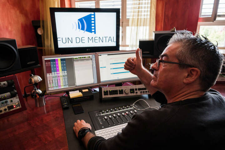 "Stephan Becker, Tontechniker ""Fun De Mental"", sitzt im Tonstudio und hebt den Daumen."