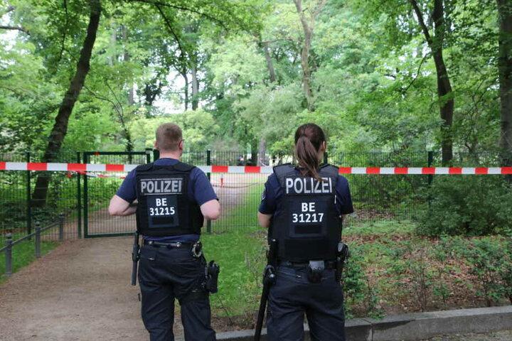 Passanten entdeckten die Leiche im Park.