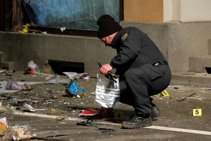 Nach dem Sprengstoffanschlag auf das Döbelner AfD-Büro am vergangenen Donnerstag sichert ein Polizeibeamter Spuren.