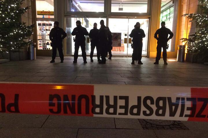 Absperrungen vor dem Einkaufszentrum.