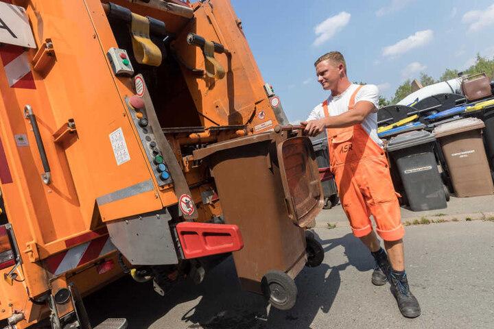 Reinigung der Braunen Tonne: ASR-Mitarbeiter Stefan Dittrich (28) demonstriert die Prozedur.