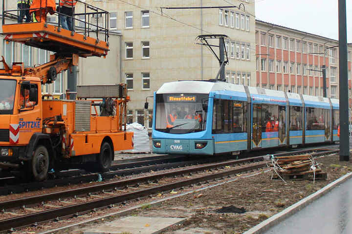 Ein Turmwagen begleitete die Bahn auf der Fahrt und kontrollierte das Zusammenspiel zwischen Fahrleitung und Stromabnehmer.