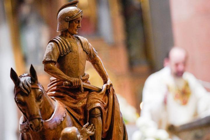 Eine Sankt-Martins-Statue steht während eines Gottesdienstes in der katholischen Kirche.