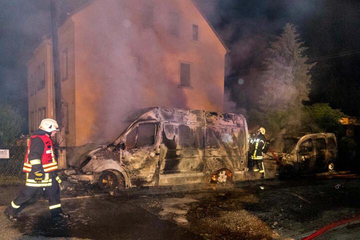 Der Sprinter und der Renault brannten beide vollständig aus.