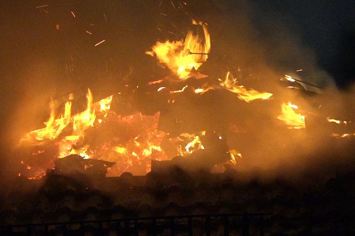 Wie das Foto zeigt, stand der Dachstuhl der Schule in Erbach komplett in Flammen.