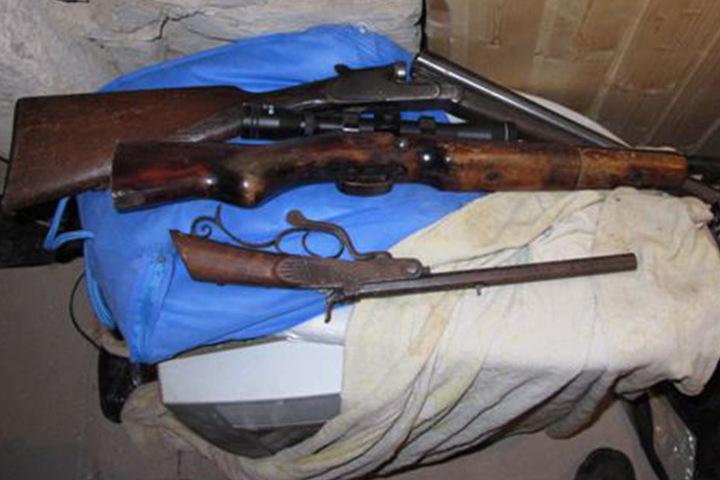 Bei den Aufräumarbeiten wurden zudem mehrere Waffen gefunden.