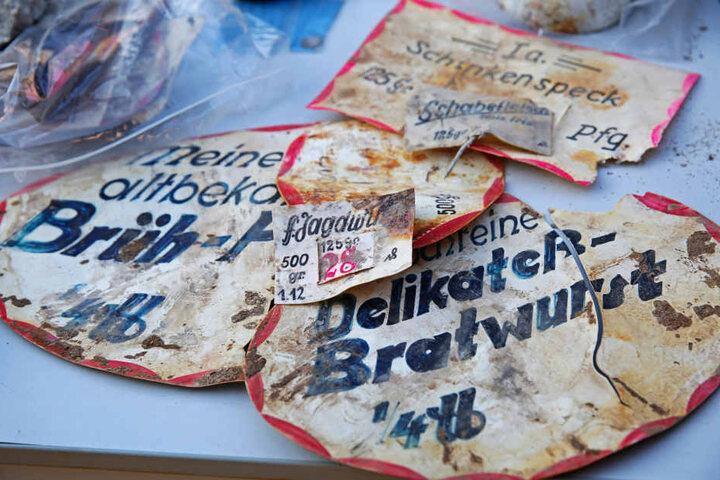 """Zeugnisse der ehemaligen """"Antons Markthalle"""", die bis 1945 hier stand:  Schilder einer Metzgerei, die auch Bratwurst verkaufte."""