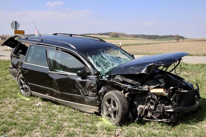 Die Fahrzeuge wurden durch den Aufprall völlig zerstört. Die beiden Fahrer wurden schwer verletzt.