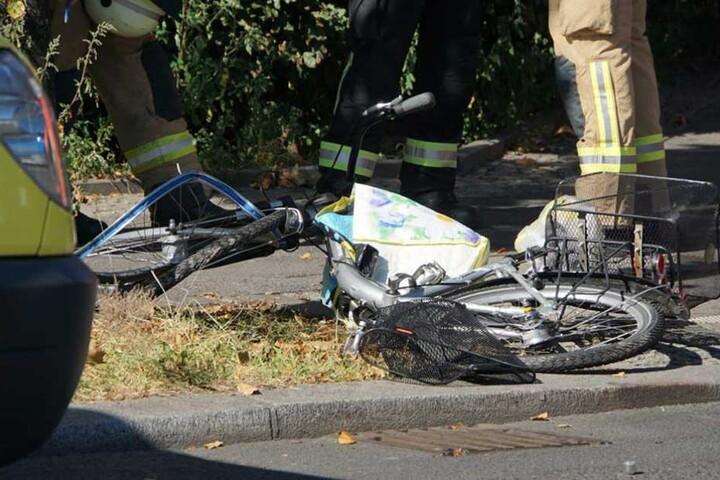 Das Rad wurde bei dem Unfall schwer beschädigt und liegt auf dem Gehweg.