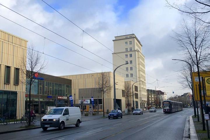 Das Simmel-Center am Albertplatz mit dem jetzt sanierten ehemaligen DVB-Hochhaus.