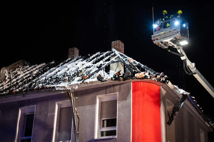 Mit Löschschaum wurden die letzten Reste des Feuers bekämpft.