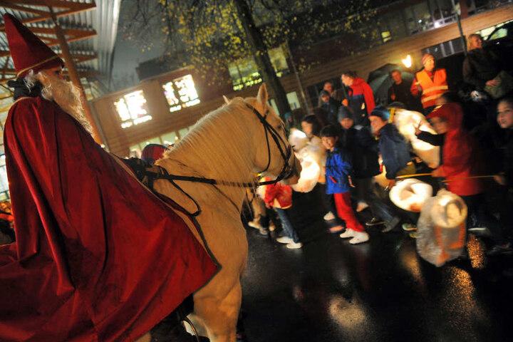 Wie in Köln wird der Heilige Martin den Martinszug auf seinem Pferd anführen.