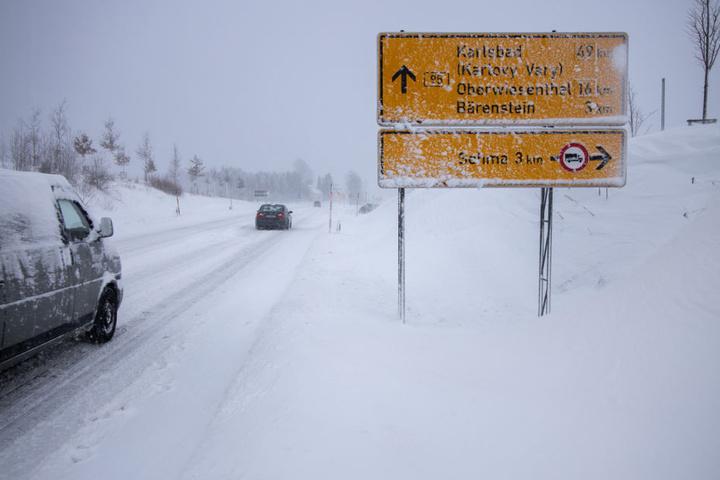 Der Grenzübergang an der B95 von Oberwiesenthal Richtung Karlsbad ist derzeit gesperrt.