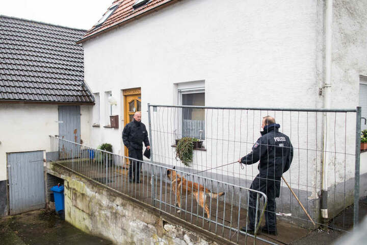 Am 3. Mai ging die Polizei mit Spürhunden ins Haus.