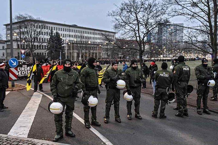 Immer präsent: Dresdner Polizeibeamte beim letztjährigen Aufmarsch rechter Demonstranten nahe des Hauptbahnhofs.