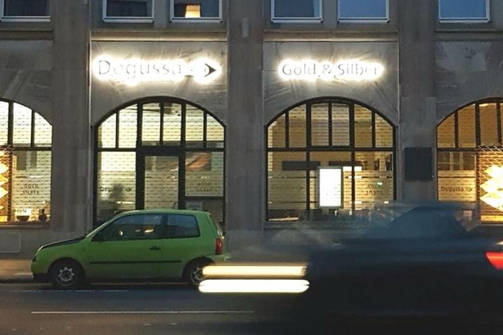 Blick auf die Fassade des Degussa Goldhandels in Köln.