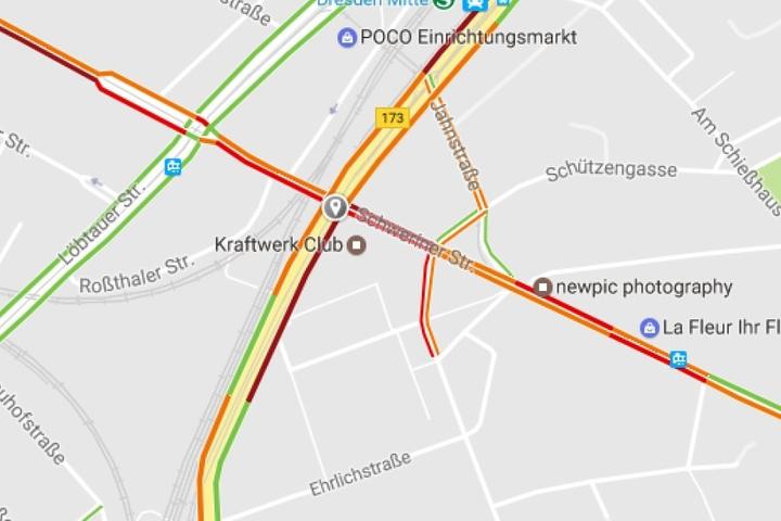 Auf der Karte ist der Unfallpunkt eingetragen. Die Verkehrslage staut sich (rot markiert).