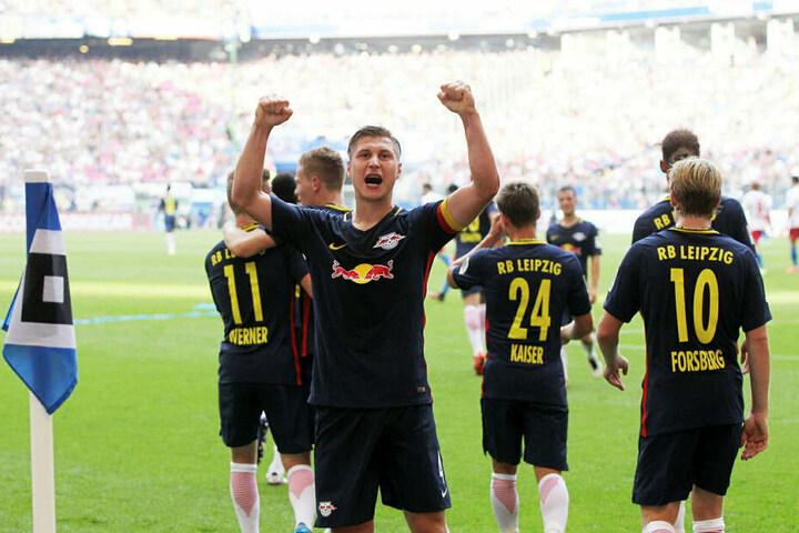 Kapitän Willi Orban jubelt während des 4:0-Auswärtssieges 2016 in Hamburg. Ein Jahr später gewannen die Roten Bullen dort 2:0.